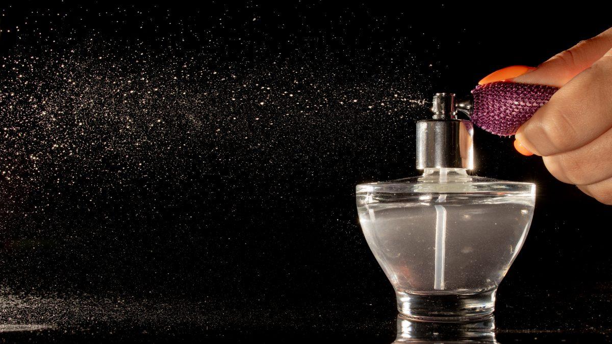 Como aplicar perfume